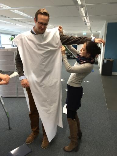 Herausforderung Größe: auch das Kostüm für den größten Gott muss sitzen